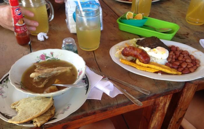 Sancocho de gallina y bandeja paisa.. platos tipicos en Colombia