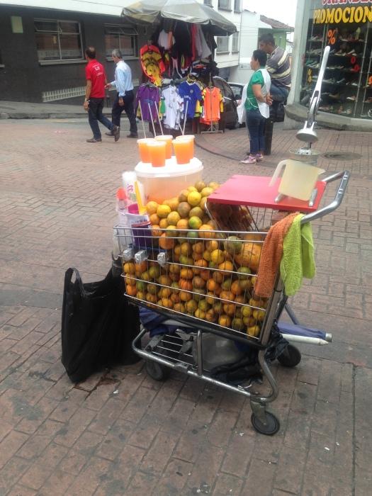 Puestito callejero con juegos naturales en las calles de Colombia
