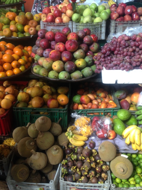 Todo tipo de frutas en el mercado de Cali, Colombia