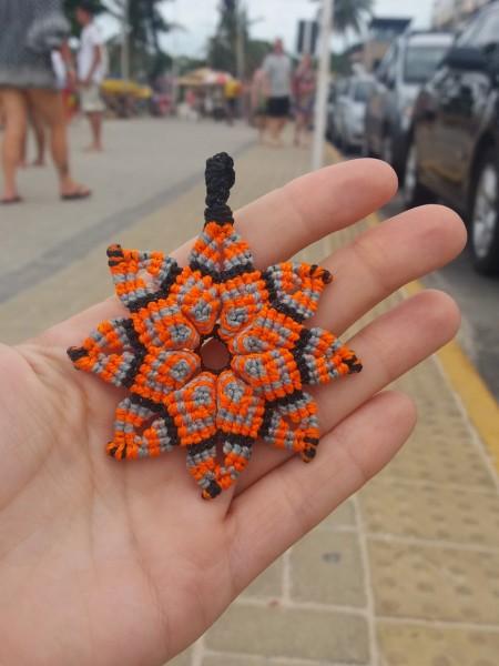 Viajar barato con macramé, pulseras y collares